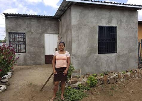 Mujer Recibiendo Casa Gracias a Microcréditos